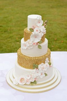 A little bit of sparkle by The Chain Lane Cake Co. - http://cakesdecor.com/cakes/259745-a-little-bit-of-sparkle