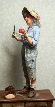 Gardening Lady by Sharon Cariola Dollhouse Dolls, Miniature Dolls, Dollhouse Miniatures, Ooak Dolls, Art Dolls, Polymer Clay Dolls, Paperclay, Hello Dolly, Soft Sculpture