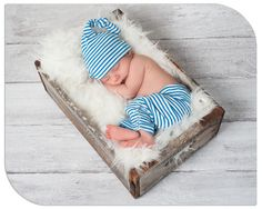 Who wants to take a nap like this baby? This beautiful newborn pose was captured on a ChromaLuxe Sydney creative border. #newbornphotography
