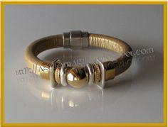 Pulseira cabedal extra-grosso dourado com contas em metal anti-alergico . Fecho íman. Agulhamagika_Ref. AM619