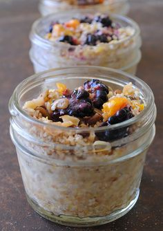 Have you tried no-cook, overnight oats yet? So easy and delicious! (no bake oatmeal greek yogurt) Healthy Diet Snacks, Healthy Breakfast Recipes, Yummy Snacks, Healthy Eating, Healthy Recipes, Healthy Fats, Little Lunch, Snacks For Work, Afternoon Snacks