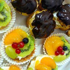 větrník s čokoládovou polevou a ovocné košíčky Mini Desserts, Muffin, Breakfast, Food, Morning Coffee, Essen, Muffins, Meals, Cupcakes