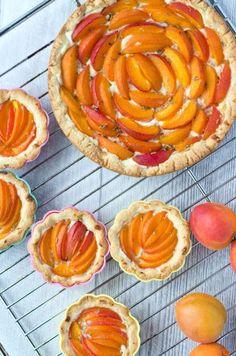 saftige Aprikosentarte mit Ricotta und Lavendelhonig. Fruchtig, süß, aromatisch und nur 184 Kalorien pro Stück. Schnell gemacht und gut vorzubereiten.
