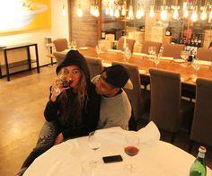 Beyonce dementiert mit diesem Foto alle Babygerüchte - sie trinkt Rotwein!