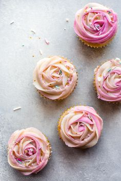How to pipe beautifully unique frosting roses the easy way! Recipe and tutorial on sallysbakingaddic Frosting Tips, Cupcake Frosting, Cake Icing, Cupcake Cakes, Rose Frosting, Icing Tips, Rose Cupcake, Butter Frosting, Cupcake Party