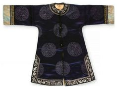 A Chinese midnight blue silk surcoat, 19th century. Photo Dreweatts & Bloomsbury Auctions.