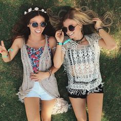 Chicas recostadas en el pasto sonriendo