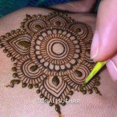 Modern Henna Designs, Basic Mehndi Designs, Henna Tutorial, Mehndi Art, Henna Mehndi, Mhendi Design, Mehndi Patterns, Mehndi Images, Hand Henna
