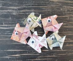 Fisch falten aus Geldschein – einfache Anleitung Banknote fold fish Finished money fish from folded money Related posts: Fold banknotes Money Origami, Origami Fish, Don D'argent, Origami Simple, Kirigami, Ballon, Holidays And Events, Diy Gifts, Wedding Gifts