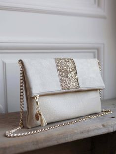 Image of Pochette *LOLA* champagne. Diy Bags Easy, Simple Bags, Diy Pochette, Tote Bags, Leather Wallet Pattern, Fossil Handbags, Embroidery Bags, Denim Bag, Fabric Bags