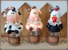 Lindos potes de temperos ou condimentos para deixar sua cozinha mais linda, ou quem sabe usá-los como centro de mesa para festa com tema fazendinha.....    PROMOÇÃO POR TEMPO LIMITADO    R$ 16,00 a unidade e ainda parcelamos no cartão para compra acima de 10 unidades. Pig Crafts, Diy And Crafts, Cow Decor, Clay Jar, Cake Decorating With Fondant, Cute Clay, Country Crafts, Pasta Flexible, Polymer Clay Projects