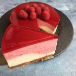 Cheesecake i to lag med hindbær og hindbærgele Desserts, Food, Tailgate Desserts, Dessert, Postres, Deserts, Meals