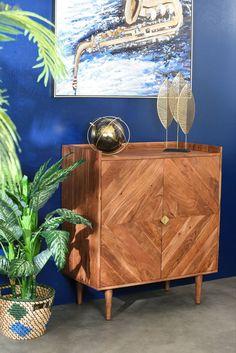 Buffet pour petit intérieur en bois d'acacia. Ce buffet haut de style vintage propose de grands espaces de rangement derrière les 2 portes avec chacune 1 étagère centrale. Pratique dans une chambre ou dans un petit salon à la décoration exotique, il donnera une touche de modernité dans toutes les pièces de votre intérieur. Fabriqué en bois d'acacia, le buffet EDIMBOURG a une facade de lamelles de bois imprimé en chevrons de forme carrée, ainsi que de poignées modernes. Acacia, Style Vintage, Decoration, Credenza, Chevrons, Buffets, Cabinet, Ainsi, Storage