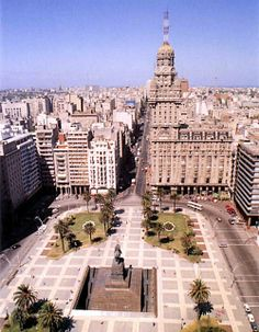 Plaza Independencia is the name of Montevideo's most important plaza. It separates Ciudad Vieja from downtown Montevideo, with the Gateway of The Citadel on one side and the beginning of 18 de Julio avenue on the other. (V)