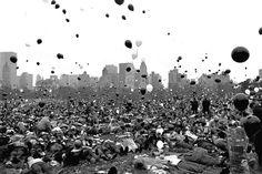 Defensores se recuestan en el pasto del Central Park,1060. Los globos negros representan a los estadounidenses que perdieron la vida en Vietnam y los globos blancos los q habrian muerto si no hubiera terminado la guerra