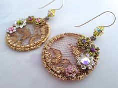 Hey, ho trovato questa fantastica inserzione di Etsy su https://www.etsy.com/it/listing/179670273/golden-circle-lace-earrings-beadwork