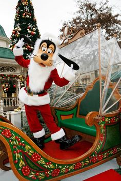 Goofy is ready for Christmas in Disneyland Paris