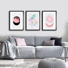 Kit Geom Soft - Encadreé Posters Encontre a arte perfeita para sua decoração na Encadreé Posters.  Palavras-chave: parede decorada, parede de quadros, posters, quadros, decor, decoração, presentes criativos, arte, ilustração, decoração de interiores, decoração criativa, quadros decorativos, posters com moldura, trio de quadros abstratos, conjunto de quadros decorativos, decoração sala de estar, sofá cinza com almofadas, quadros acima do sofá
