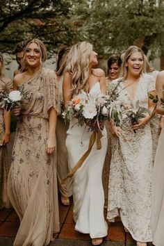Bridesmaid dresses of different colors ... white, cream, beige, ocher ... great idea for a bohemian wedding! #bohobridesmaiddresses #bridesmaiddresses #bridesmaiddressesindifferentcolorsv#bohemianwedding #bohowedding