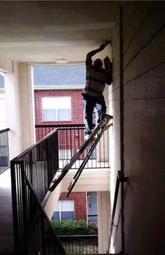 Can we say Darwin awards? Seriously, who does this? People Doing Stupid Things, Dumb People, Crazy People, Strange People, Darwin Awards, The Funny, Funny Cute, Stupid Funny, Hilarious Pictures