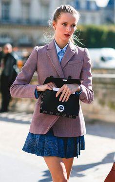 Street style look com blazer e vestido.