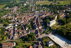 Saint-Sauveur-en-Puisaye - 2) ANNUAIRE HISTORIQUE: DONJON DE ST SAUVEUR: Les énormes proportions annoncent un manoir de premier ordre, mais ses dispositions architecturales, sa forme ovale et son appareil en moellons grossiers ne disent rien sur son âge. On sait par l'histoire que les comtes d'Auxerre de de Nevers possédaient la terre de St-Sauveur dès le XII°s, qu'au commencement du IX°s il y avait déjà un monastère en ce lieu.