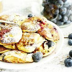 BANAAN POFFERTJES Maar dan blauwe bessen mee gebakken, zó lekker! Recept van de #poffertjes heb ik weer even voor je als direct link gezet. Voeg er een handje blauwe bessen aan toe en geniet #essiehealthylife - #suikervrij #blauwebes #healthypancakes #bananapancakes #pannenkoeken #glutenvrij #gezondrecept #fitgirlsnl #dutchfoodie #ontbijt #afvallen #fitdutchies #veganpancakes #fitfamnl #breakfastinspo #gezondeten #banaanpoffertjes #gezond #comfortfood #blueberries #foodblogger Light Recipes, Clean Recipes, Sweet Recipes, Healthy Recipes, Poffertjes, Healthy Sweet Snacks, Healthy Life, Lunch Snacks, Healthy Baking