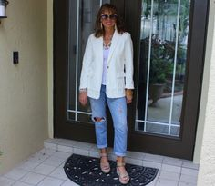 White blazer and jeans summer outfit Jeans Outfit Summer, Summer Jeans, Spring Outfits, Fashion Fail, Big Fashion, Dressing Your Body Type, White Blazer Outfits, Distressed Denim, Wearing Black