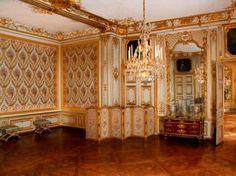 Petits Appartements de Versailles  la chambre de Louis XV, la porte à droite donne accès au Cabinet de la pendule, dont la façade donne également sur la Cour de Marbre
