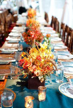 Hochzeit Dekoration-Ideen Herbst Stimmung-Strauß Blumen Laub-Tischläufer blau Spätsommer