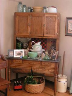 Another possum-belly style Hoosier cabinet. Vintage Kitchen Cabinets, Old Kitchen, Kitchen Cupboards, Kitchen Items, Kitchen Decor, Bakers Cabinet, Hoosier Cabinet, Country Cupboard, Primitive Furniture