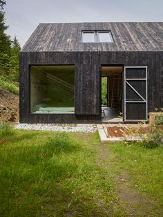 Houses by Backraum Architektur Find home projects from professionals for ideas & inspiration. Haus am Thurnberger Stausee by Backraum Architektur Modern Wooden House, Modern Barn House, Wooden House Design, Wooden Houses, Tiny House Cabin, Tiny House Plans, Wood Architecture, Architecture Details, Timber Cladding