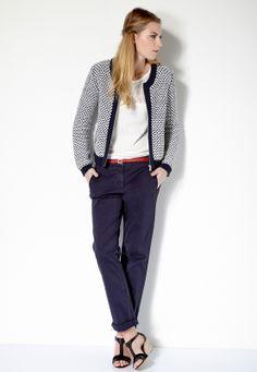 On adore ce look casual! On porte un t-shirt blanc dans un pantalon chino bleu. On associe un gilet en maille bicolore pour le côté chic, et on réhausse avec une petite ceinture rouge pour apporter une touche de couleur.
