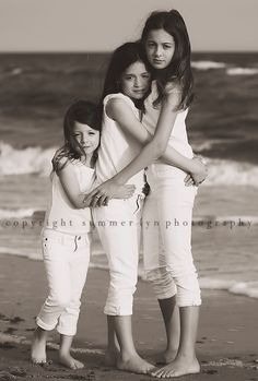 Sibling Photography--very nice. Sibling Photography Poses, Poses Photo, Sibling Photos, Children Photography, Family Photography, Family Photos, Family Portraits, Three Sisters Photography, Sibling Beach Pictures