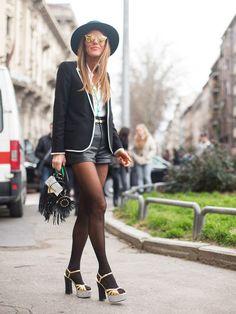 STYLIGHT Streetview: Der Streetstyle des Tages. Heute mit Ledershorts. Anna Dello Russo, editor at large bei Vogu Japan, kombiniert zu ihrere Ledershorts eine helle Bluse und einen dunklen Blazer.