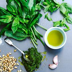 Deze makkelijke pesto bevat geen zuivel en is geschikt voor vegans.    1.Hak basilicum en knoflook enpijnboompitten fijn.    2.Voeg zout en pepertoe en meng er olie door tot je pesto krijgt.