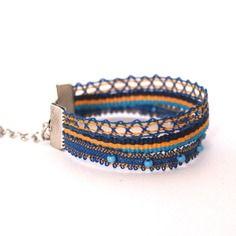 Bracelet trois rangs dentelle aux fuseaux et galon coloris bleu/jaune