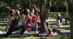 Clase de yoga en un parque de Madrid.