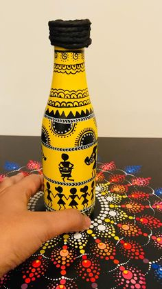 Painting On Glass Bottles, Decorative Glass Bottles, Painted Glass Bottles, Glass Painting Designs, Pottery Painting Designs, Glass Bottle Crafts, Wine Bottle Art, Plastic Bottle Crafts, Diy Bottle