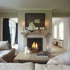 Mooie lichte woonkamer, haard + sofa
