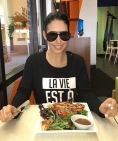 """Se estiverem em Orlando não deixem de passar aqui no @giraffasusa e pedir a """"salada da Bella"""" hahaha! Salada de salmão com quinoa meu prato favorito daqui!!! #GiraffasUSA #delicia  _________________________  If you ever in Orlando come to @giraffasusa and order """"Bella's salad"""" lol - salmon quinoa salad! My fave dish here!  #healthylifestyle #nomatterwhat #GiraffasMiami #GiraffasOrlando by bellafalconi"""