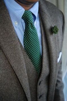 ツイードジャケットにグリーンのタイを合わせた着こなし