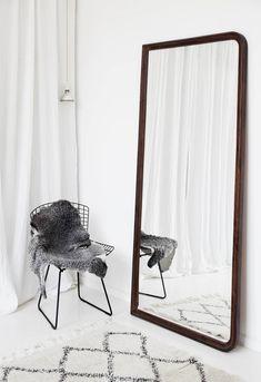 Harry Bertoian Diamond-tuolin päällä on Norrgavelin lampaantalja. Iso peili on ostettu kirpputorilta Ruotsin maaseudulta.