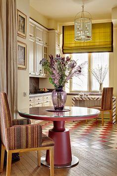 Кухня. Кухонная мебель из массива дуба, Mobalpa. Круглый обеденный стол, столик у окна и стулья сделаны по эскизам Натальи Вольных. Фонарь, Currey & Co.
