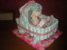 Tarta en forma de carrito, repleta de cosas para la pequeña!!    Enhorabuena, futura mamá!!