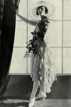 Elegant Flapper Girl Poses Reprint Of Old Photo Foto Fashion, 20s Fashion, Art Deco Fashion, Fashion History, Vintage Fashion, Moda Vintage, Vintage Mode, Vintage Ladies, Belle Epoque