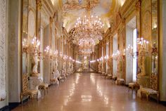 Kronleuchter Palazzo ~ Kassettendecke und kronleuchter in der halle der wandteppiche der