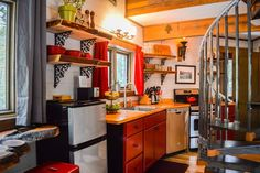 Meadowlark Treehouse at Montana Treehouse Retreat - Treehouses for Rent in Columbia Falls, Montana, United States Columbia Falls, Padded Bench, Funny Meme Pictures, Cozy Nook, Diy Network, Washer And Dryer, Hobby Lobby, Home Depot, Montana