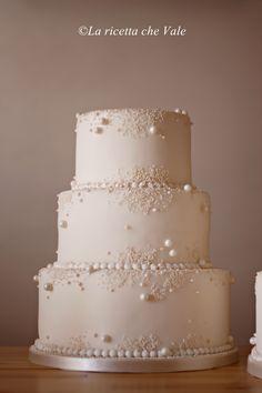 wedding cakes with bling Wedding cake laricettachev. Bling Wedding Cakes, Wedding Cake Pearls, Small Wedding Cakes, Wedding Cake Rustic, Wedding Cakes With Cupcakes, Elegant Wedding Cakes, Beautiful Wedding Cakes, Wedding Cake Designs, Beautiful Cakes
