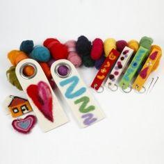 Wollen objecten zijn gevilt met gekaarde wol en een viltnaald. Hoe meer je vilt prikt, hoe steviger de decoratie.  http://www.bijviltenzo.nl/a-27340176/gratis-vilt-patronen/zmp-sleutehanger-en-deurhangers-genaaldvilt/
